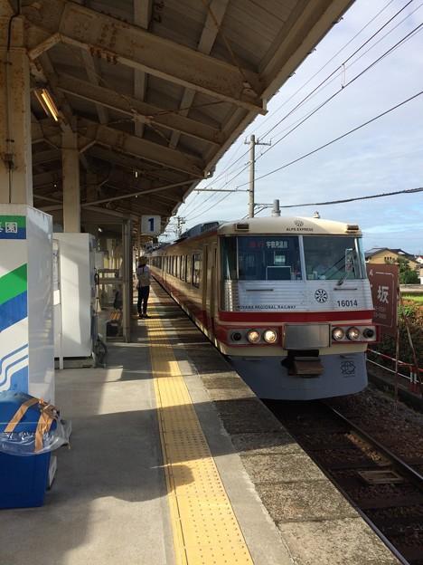 宇奈月温泉行きの急行電車が到着