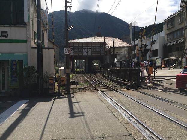 踏切から見た宇奈月温泉駅
