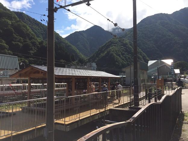 改札を出てから見た宇奈月温泉駅内の足湯