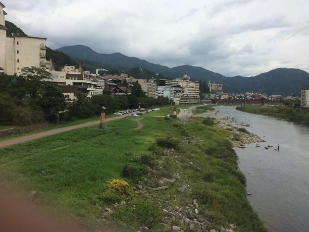 飛騨川を渡る