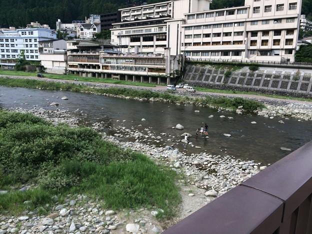 飛騨川で遊ぶ子ら