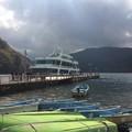湖尻に停泊する遊覧船