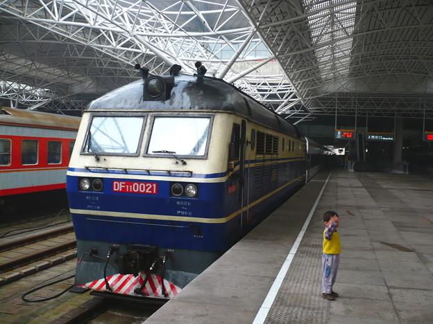 杭州行快速列車の前で(上海南駅)