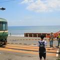 写真: 江ノ電と湘南の海