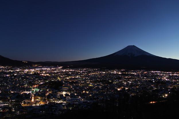 写真: 富士山に見守られる街