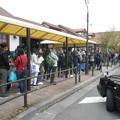 写真: 河口湖駅バス乗り場は外国人ばかり