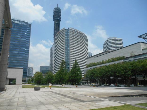 美術の広場公園からメディアタワー方向