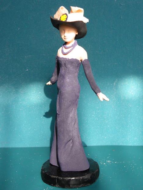 紙粘土人形黒帽子紫ドレス