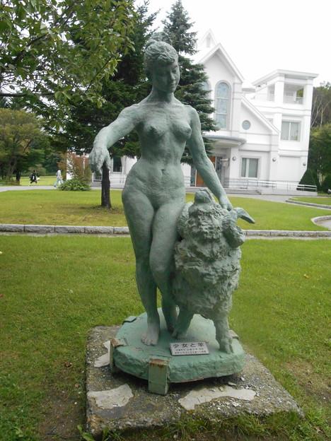 札幌ひつじ山公園 少女と羊像