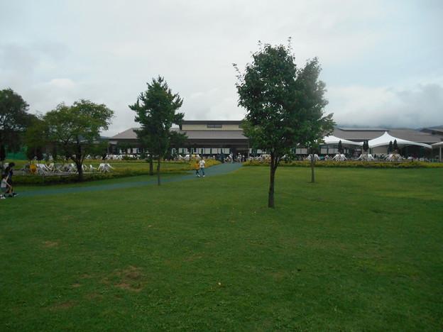 軽井沢アウトレットの芝生広場