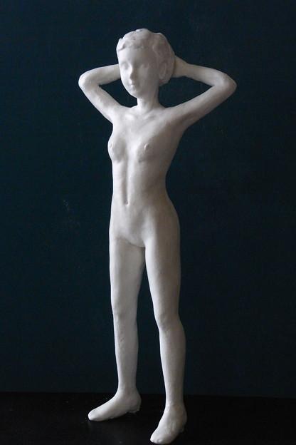 紙粘土人形 裸婦14後頭部腕組み前