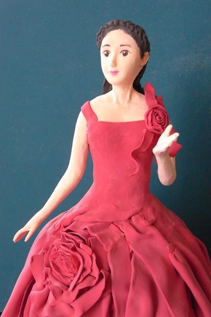 紙粘土人形 赤白ドレス上部