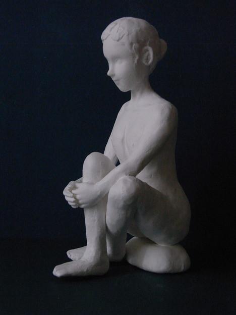 紙粘土人形裸婦像48膝抱え 横