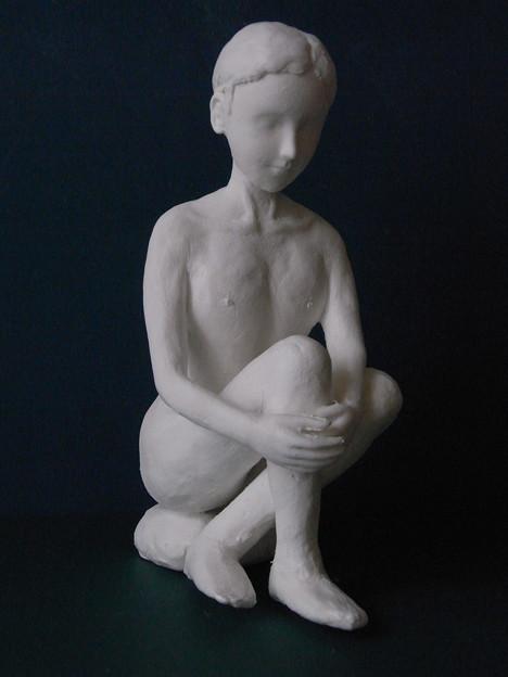 紙粘土人形裸婦像48膝抱え 前
