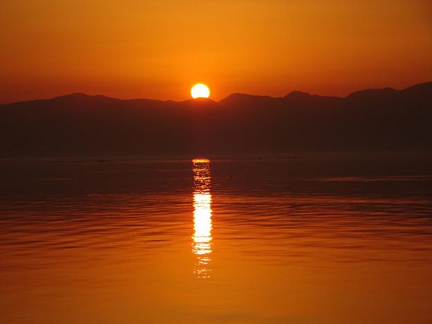 琵琶湖に描かれたろうそく