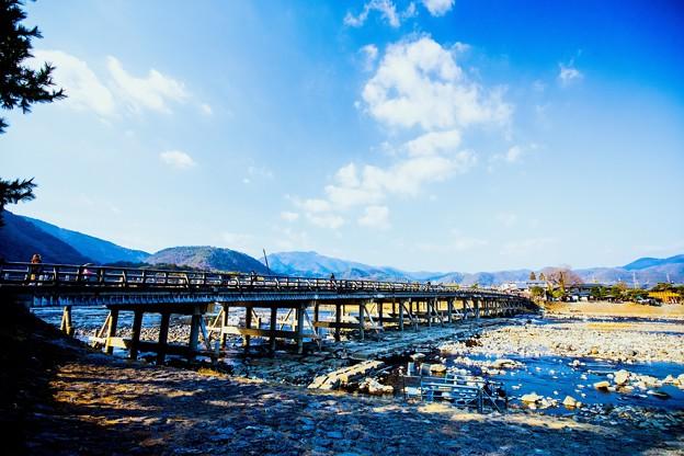 冬天晴朗的嵐山渡月橋