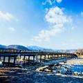 写真: 冬天晴朗的嵐山渡月橋