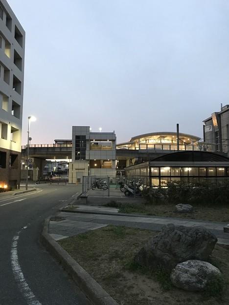 写真: 早朝の春日駅