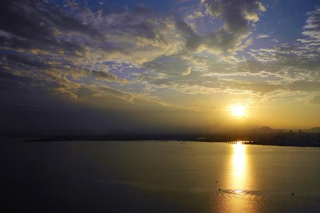 Photos: 琵琶湖の朝日