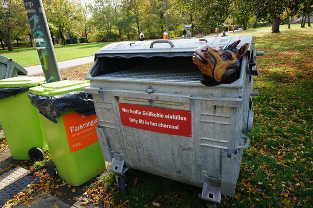 不気味なゴミ箱