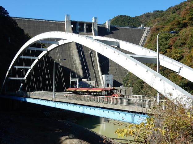 宮ヶ瀬ダムと新石小屋橋とロードトレイン