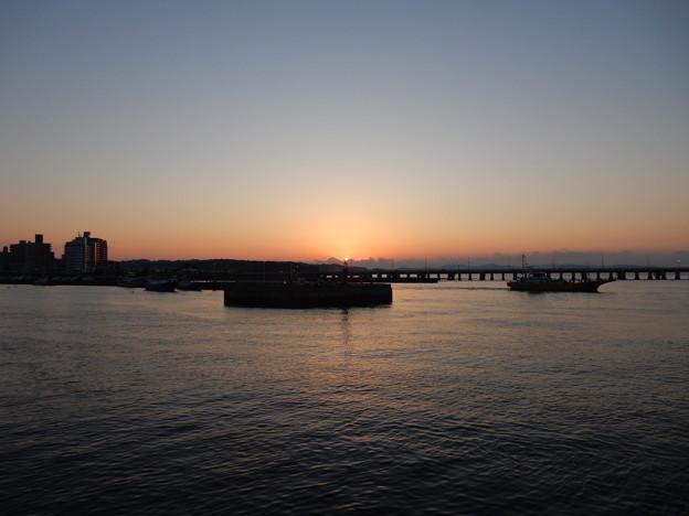 灯台に日の出