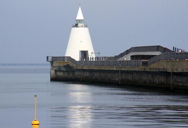 青森港新中央埠頭先端の白灯台05