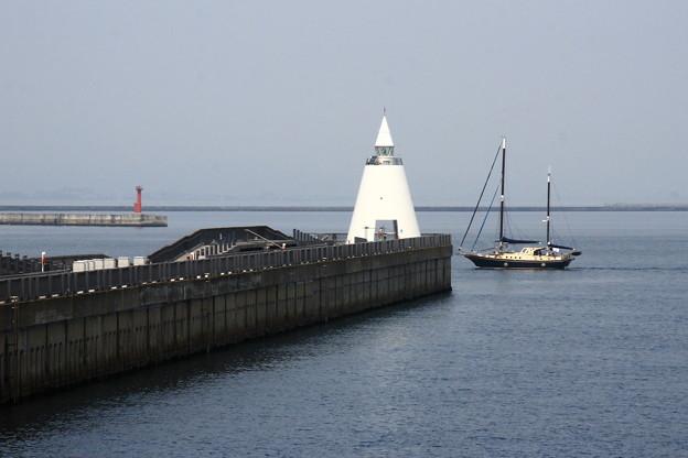 帆船と白灯台10