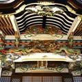 写真: 宝登山神社の正面の彫物