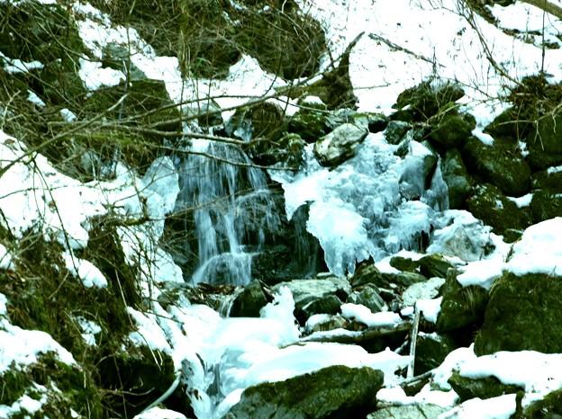 丸神の流れる沢の氷柱3