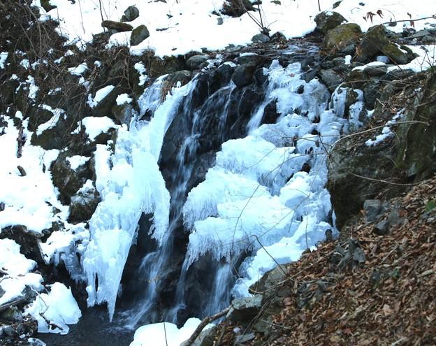 丸神の滝の流れる沢の氷柱4