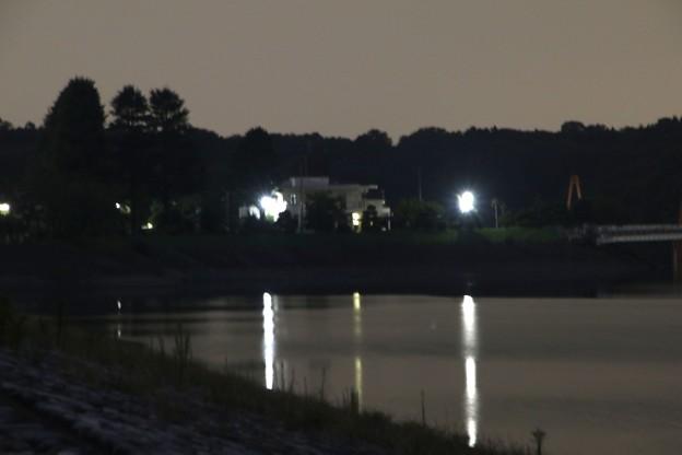 暮れゆくの狭山湖の風景