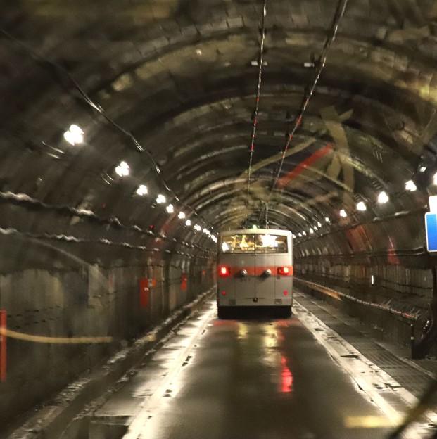黒部ダムより扇沢へのトンネルのトロリーバス