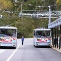 扇沢駅前のトロリーバス