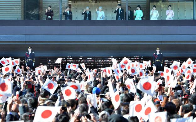 一般参賀 皇室の参列(日本経済新聞提供)