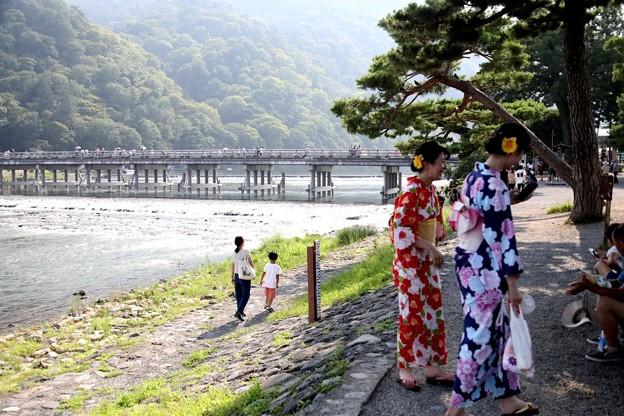 和服姿と嵯峨野の渡月橋風景