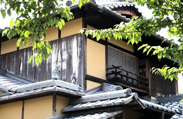 屋根に人物像
