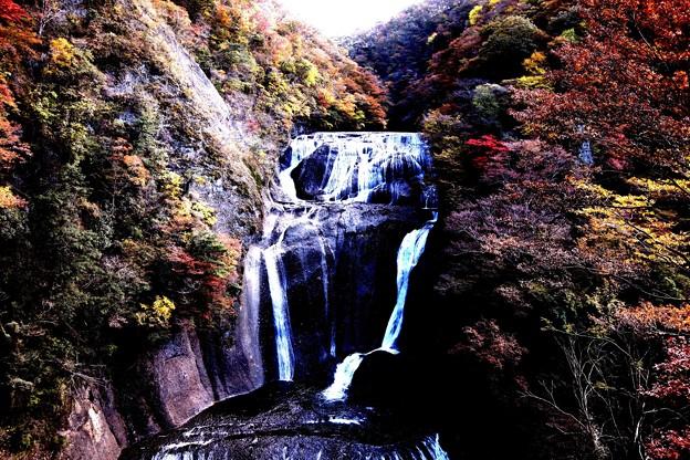 紅葉した袋田の滝