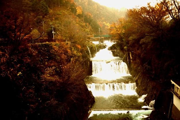 雨のなかの田原の滝の紅葉