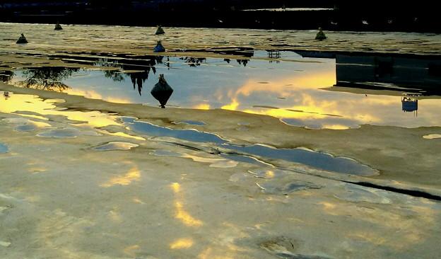 雨上がり 夕日の水溜風景1