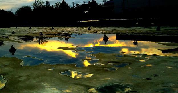 雨上がり 夕日の水溜風景の2
