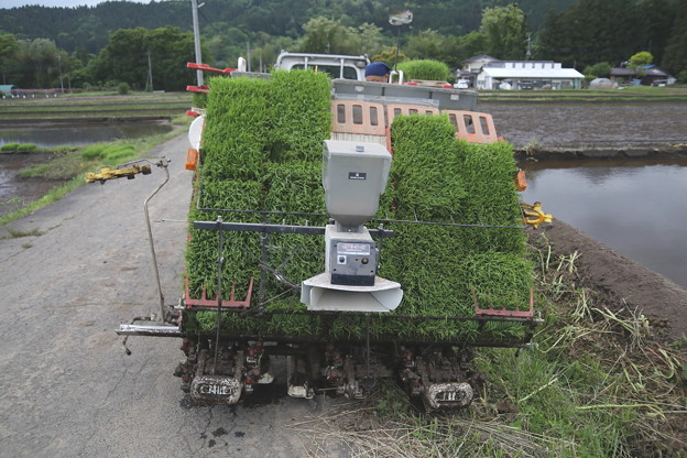 田植えの機械で田植え準備