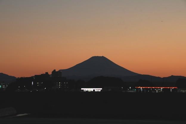 シルエットの富士山日暮れ