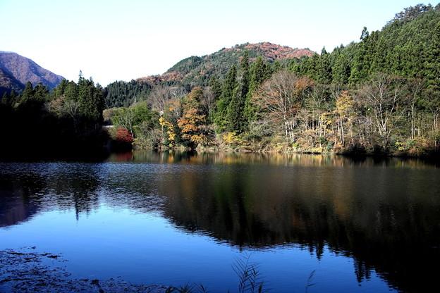 四万湖紅葉の反映