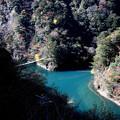 夢の吊橋とチンダル湖(大間ダム)のエメラルドグリーン