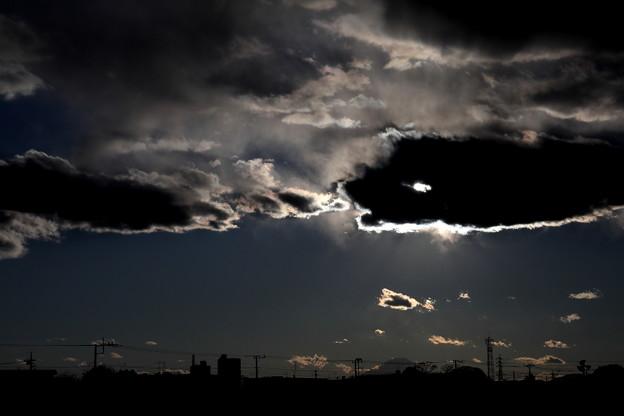 大きな魚が雲を飲み込みそう? 光芒
