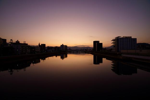 夜明けの川