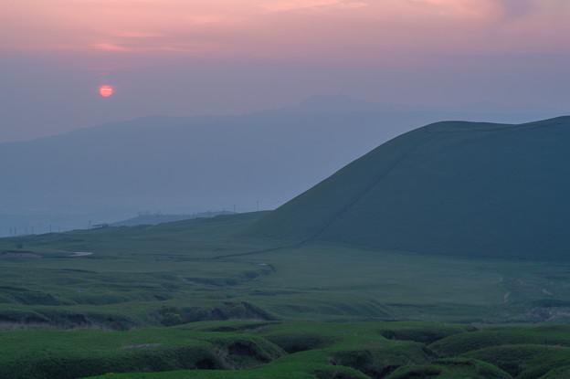 写真: 米塚に夕日沈む