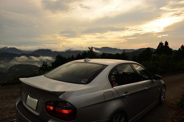朝焼けの雲海と愛車