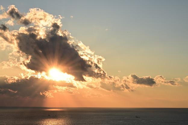 Photos: 雲の切れ間に昇る陽